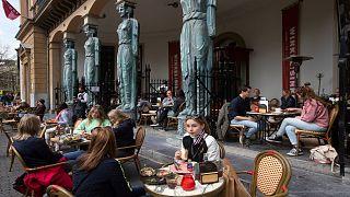 هولندا تبدأ رفع الإغلاق الصحي المفروض منذ 4 أشهرـ مقهى بمدينة أوتريخت ، الأربعاء 28 أبريل 2021