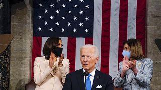 نائبة الرئيس كامالا هاريس ورئيسة مجلس النواب نانسي بيلوسي من كاليفورنيا خلال خطاب الرئيس جو بايدن في مبنى الكابيتول الأمريكي في واشنطن.