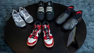 Des baskets du joueur de basket en NBA Michael Jordan en 1985 mais aussi de Steve Nash, Kevin Garnett et Scottie Pippen, proposées lors d'une vente aux enchères par Sotheby's