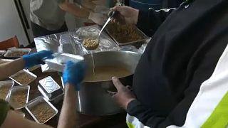 Naponta két-háromezer rászoruló kap ingyen ételt Athénban