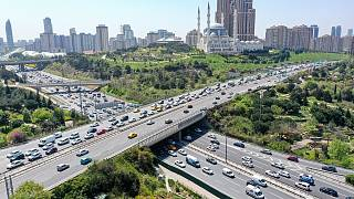 İstanbul'da, tam kapanma tedbirleri öncesi son günde il dışına çıkmak isteyenler, TEM otoyolu ve bağlantı yollarında trafik yoğunluğu oluşturdu