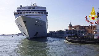 Óriáshajó Velence partjainál