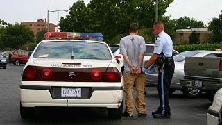 ABD'de sokakta gözaltına alınan bir zanlı.