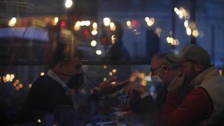 Des clients dans un restaurant de Rome en Italie, le 26 avril 2021