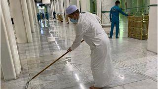 السعودية نيوز |      صورة وزير ماليزي يساعد بتنظيف الحرم المكي تلاقي رواجا واسعا على مواقع التواصل الاجتماعي