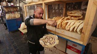 خبز الناعم الدمشقي.. تقليد قديم ما زال يزين موائد الإفطار في رمضان