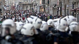 İstiklal Caddesi'nde göstericilerle çatışan polis, İstanbul (arşiv)