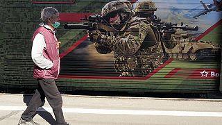 Ein Mann geht an einem Museumszug vorbei, der Werbung für die russische Armee macht, St. Petersburg, 28.04.2021