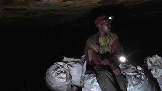 Afrique du Sud :  le rude travail des mineurs illégaux