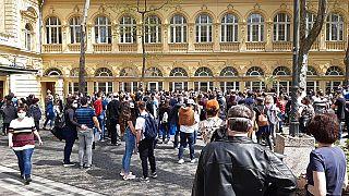 Oltásra váró tömeg a Lukács fürdő udvarán, Budapest, 2021. április 30.