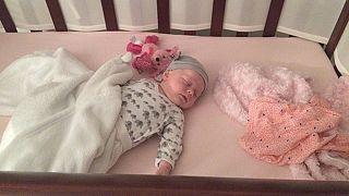 Beşikte uyuyan bir bebek