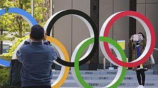 A játékok logóját fényképezik sportrajongók