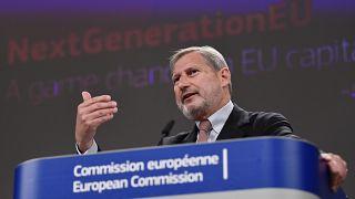 Il commissario europeo per i negoziati di allargamento Johannes Hahn parla durante una conferenza stampa su Next Generation EU,  Bruxelles, 14 aprile 2021.