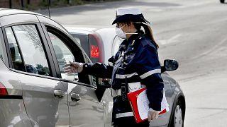 ضابط شرطة المدينة يفتشون السيارات في روما.