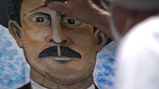Un artista dibuja un retrato de José Gregorio Hernández, el médico de los pobres