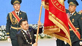 Szadir Zsaparov kirgiz elnök katonák előtt