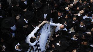 شاهد: بدء مراسم دفن ضحايا التدافع في إسرائيل بحضور آلاف الأشخاص