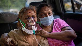 """Uma """"doente covid"""" recebe oxigénio no interior de um carro, em nova Deli, Índia"""