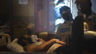 Ινδία: Στην ουρά με τις ώρες για οξυγόνο-Καταφθάνει εξωτερική βοήθεια