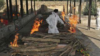 Ein Angehöriger eines Covid-19-Todesopfers nimmt in einem Krematorium in Jammu Abschied