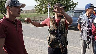 Kırgızlar sınırda bulunan yolda nöbet tutarken