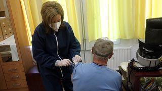 Háziorvos beolt egy idős férfit a koronavírus ellen egy ózdi rendelőben