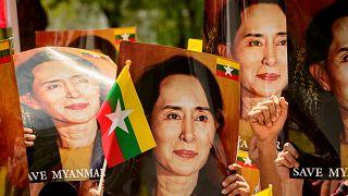متظاهرون يرفعون صورا لأونغ سان سو تشي