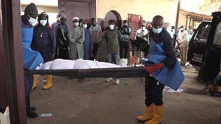 منذ ما يقرب من 10 سنوات، أخذ متطوعون من جمعية إسلامية في داكار على عاتقهم توفير جنازة مناسبة للمتوفين المجهولين.