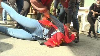 وسط إجراءات الإغلاق الكاملة جراء انتشار كوفيد- 19 اعتقلت الشرطة في اسطنبول عشرات الأشخاص الذين تجمعوا في احتجاجات عيد العمال في الأول من مايو- أيار