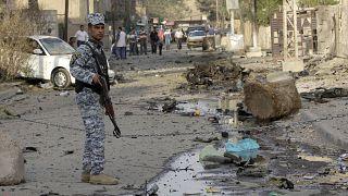 شرطي عراقي يحرس موقع انفجار سيارة مفخخة أمام كنيسة كاثوليكية في بغداد- العراق/ أرشيف.