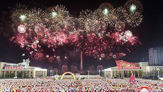 Espectacular desfile en el décimo congreso juvenil de Corea del Norte