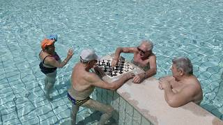 Посетители бассейна в Будапеште 1 мая 2021