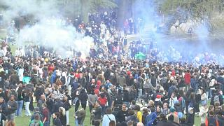 تجمع المئات من رواد الحفلات البلجيكيين بشكل أساسي في حديقة في بروكسل في تحد لقيود فيروس كورونا وأوامر الشرطة