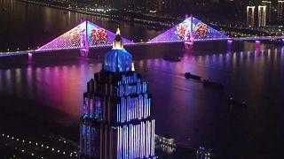 Wuhan iluminou-se para celebrar ter ultrapassado a crise da Covid-19