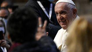 البابا فرنسيس يطلق ماراتون الصلاة من الكنيسة الغريغورية داخل كنيسة القديس بطرس، في الفاتيكان في المزارات الكاثوليكية في جميع أنحاء العالم من أجل إنهاء جائحة فيروس كورونا.