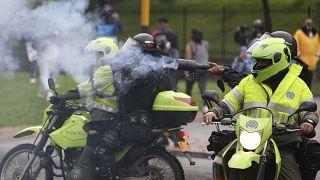 La policía dispara gases lacrimógenos contra los manifestantes durante una manifestación contra la reforma fiscal del Gobierno de Iván Duque.