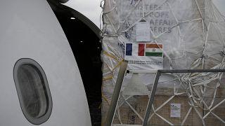 شحن الإمدادات والمساعدات الدولية في طائرة شحن لإرسالها إلى الهند