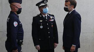 Cumhurbaşkanı Emmanuel Macron iki komutanla konuşurken