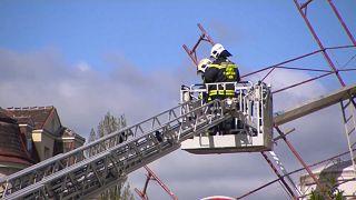 Feuerwehrleute sichern ein Baugerüst