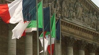 الأعلام الجزائرية ترفرف بالقرب من الأعلام الفرنسية أمام الجمعية الوطنية في باريس.