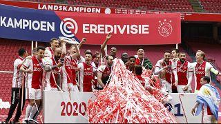 يحتفل لاعبو أياكس بفوزهم بلقب الدوري الوطني رقم 35 بعد مباراة ضد إيمين في ملعب يوهان كرويف في أمستردام في 2 مايو 2021.