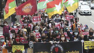مواطنو ميانمار المقيمون في تايوان يؤدون التحية ثلاثية الأصابع للمقاومة للتعبير عن رفضهم للنظام العسكري في ميانمار خلال مظاهرة في تايبيه.