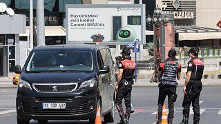 الشرطة التركية تقيم نقطة تفتيش بين المدن في أحد شوارع أنقرة في 1 مايو 2021.