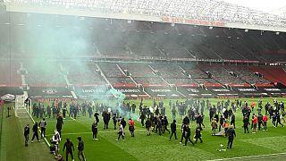 Manchester United taraftarları sahaya indi