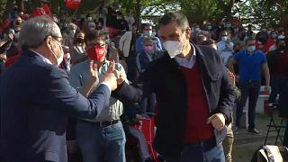 El presidente del Gobierno, Pedro Sánchez, choca el puño con el candidato Ángel Gabilondo