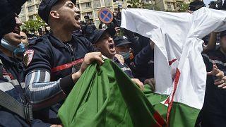 أعوان الحماية المدنية الجزائرية يتظاهرون ضد أوضاعهم الاجتماعية المتدهورة- الجزائر يوم 2 مايو 2021.