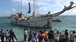 """El velero zapatista """"La montaña"""" tomó rumbo a Europa desde Isla Mujeres"""