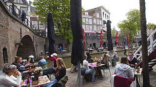 هولنديون  في مقهى بعد تخفيف القيود - أوتريخت، الأربعاء، 28 نيسان/  أبريل،.2021