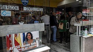 Un cartel de apoyo a Díaz Ayuso en un bar de Madrid
