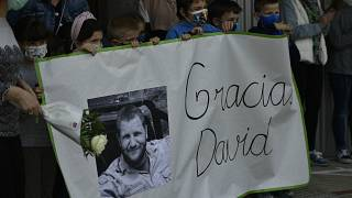 أطفال يحملون لافتات عليها صورة المراسل الصحفي ديفيد بيريين الذي قتل في بوركينافاسو في 27 نيسان/أبريل أثناء تأدية عمله برفقة المصور روبرتو فرايلي. أرتاجونا ، شمال إسبانيا